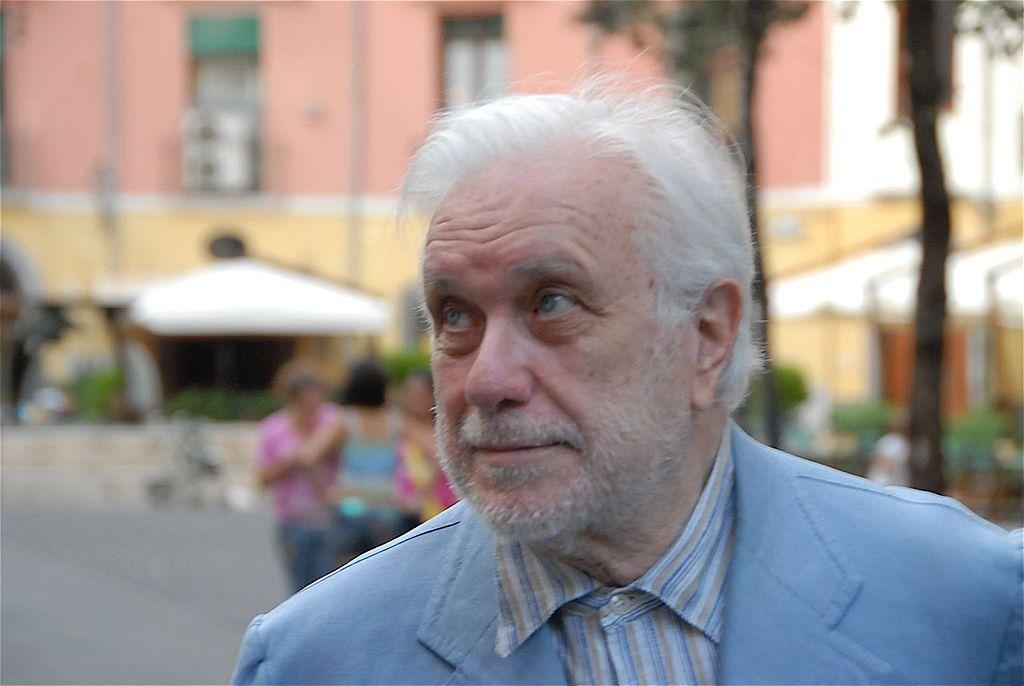 Luciano De Crescenzo: biografia dell'artista napoletano